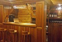Restaurante de Puro Moconá Lodge / Los sabores de nuestras delicias autóctonas y cocina internacional se disfrutan de manera especial con la cálida ambientación y la magnífica vista de la selva, el Río Uruguay y los morros brasileños. En las noche templadas el salón está abierto hacia el parque, y podremos deleitarnos con nuestra gastronomía bajo un espectáculo imponente que el cielo de Moconá colmado de estrellas nos ofrece cada noche.