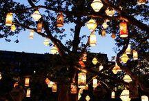 Świece na zewnątrz / Zapalona świeca w ciepły letni wieczór... Już jedna daję wyjątkowy blask i wzbudza romantyczny nastrój a co może zdziałać kilka a nawet kilkanaście? Zobacz jaki pięknie możesz ozdobić swój ogród lub balkon za pomocą świec.