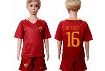 Billige fodboldtrøjer As Roma til børn / Køb billige As Roma fodboldtrøjer til børn online med oplag. Vi leverer nye As Roma billige fodboldsæt børn med lav pris og hurtig levering. Køb nu!