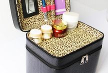 Makeup Case / Different professional makeup case organizers with lights, wheels, mirror and locks. The best makeup cases that are perfect for rolling, train or travel. - http://beautifieddesigns.com/makeup-case-organizers/