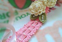 hårband med blommor