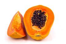 Frutta / La FRUTTA SECCA contiene proteine, steroli vegetali, vitamine E, B6, C, A, K, folati, tianina, rame, ferro, manganese, calcio, potassio, sodio, magnesio, fosfato, selenio, zinco con attività  ricostituente e ipoglicemizzante. La FRUTTA IN PEZZI contiene antociania, flavonoidi, neomortillina, vitamine A, B, C, E, fibre, minerali, potassio, sostanze fenoliche e fruttosio, acido folico, acidi grassi essenziali (omega 3), acido citrico, malico ed ossalico, bromelina, xylitolo