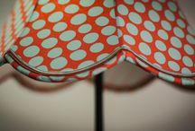 Mes Créations / L'abat-jour est un filtre magique qui tamise la lumière et embellit votre espace pour le rendre chaleureux, feutré, ludique, intime, etc. Les diversités de formes et de styles n'ont d'égales que celles des matériaux dans lesquels ils sont réalisés. Notre atelier, situé à Rennes, utilise la soie,le coton,le lin et le papier. Nous appliquons les 2 techniques de recouvrement : la façon « Couture » et celle du « Contrecollé ».
