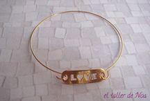 Pulseras rígidas doradas Col. Minimal Bracelet / Una colección de pulseras rígidas donde la importancia reside en la pieza central... unas veces con mensaje, otras con símbolo, otras con un toque de brillo.