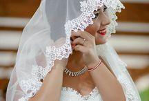 Bride isi pune cercei