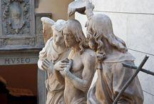 """Museo dell'Opera del Duomo. Флоренция. / Настоящий музей был основан в 1891 году. Экспонаты - скульптуры Арнольфо, произведения 14 века, удаленые с колокольни, скульптуры Андреа Пизано (1290-1349) и его учеников и те, из так называемой «Порта делла Mandorla"""", расположенные на левой стороне собора. В коллекции скульптуры Нанни ди Банко, два больших """"Cantorie"""" по Лука делла Роббиа (1400-1482) и скульптуры Донателло. В музее - """"Магдалина"""", деревянная скульптура Донателло, и """"Пьета"""" Микеланджело."""