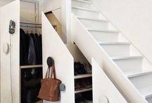 під сходами