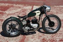 La desertora Cafe Racer Obsession / La Desertora parte de una moto militar. La idea con esta Triumph TRW de válvulas laterales era convertirla en una bobber con estética de carreras al estilo de las que corrían por las playas de Daytona (de ahí su nombre).