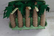 invitations anniversaire thème Vaïana / création de Aurélia Hilaire ! tubes en verre, recouverts de toile de jute, feuilles de palmier en feutrine.