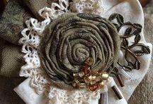 textilní květiny a brože