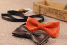 Pánske motýliky / Motýliky pánske saténové, kožené a z iných luxusných materiálov. Spoločenské kožené motýliky ktoré ponúkame sú elegantné a luxusné. Náš sortiment je zameraný na pánske kožené spoločenské motýliky za rozumné ceny. Vysoká kvalita a zaručená spokojnosť. Sezónu najlepšie zahájite koženým luxusným motýlikom doplneným vhodným doplnkom. Pánske spoločenské kožené motýliky rôznych farieb.