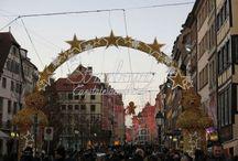 Décorations et illuminations du marché de Noël à Strasbourg / Strasbourg, capitale de Noël, livre chaque année son lot de féerie et de magie, se transformant durant toute la période de l'Avent en une sorte de royaume de Noël illuminé de mille feux. Le JDS s'est promené dans ses allées et a déniché les plus belles décorations de la ville.