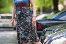 Kleid Dora / Das ausgestellte, knielange Jerseykleid mit angeschnittenen, kurzen Ärmeln besticht durch den raffinierten V-Ausschnitt, der durch die Überkreuzung der Schnittteile in Wickeloptik entsteht. Die Ärmel sind mit einer Blende versehen und bedecken die Schulter. Der obere Rücken ist leicht transparent mit Spitze, der Halsausschnitt mit einem angesetzten schmalen Stoffstreifen gearbeitet.
