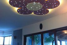 LED csillagos ég / LED csillagos égbolt, amelyben a LED-ek az éjszakai égbolt szikrázó csillagait jeleníti meg. A kis csillagok pulzálása, vibrálása és tündöklése távirányítóval vezérelhető. Alakja, színe és formája pont olyan lehet, ami a te szobád mennyezetére legjobban illik.