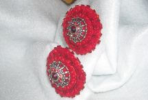 Aros Clip Fieltro / Aros realizados en fieltro, bordados a mano alzada con diferentes inclusiones como mostacillas, charms metalicos, srass, tachas con cristalitos color, perlas, cordones de strass, etc.