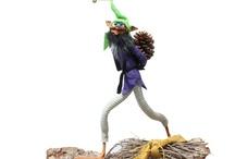 Piota / Il Piota è un folletto bizzarro originario della Cornovaglia. Ama molto giocare e fare scherzi, spesso pericolosi, sfruttando la capacità di trasformarsi in qualche piccolo animale che il viaggiatore tende a inseguire fino a perdersi. Chi calpesta una Piota perde completamente il senso dell'orientamento e smarrisce la strada anche se si trova in un fazzoletto di terra o nel giardino di casa sua! L'unico modo di sciogliere il sortilegio è di indossare la giacca al contrario.