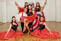 Dansatori / Niciun eveniment nu ar trebui sa fie lipsit de un moment artistic care sa starneasca aplauzele invitatilor!   Noi iti punem la dispozitie cei mai profesionisti dansatori - coregrafii unice, costume deosebite:  -> Folclor Romanesc -> Dansuri Internationale (Tiganesc-Rusesc/ Bavarez/ Grecesc/ Arabesc) -> Dans Sportiv (Latino si Standard) -> Program Cabaret