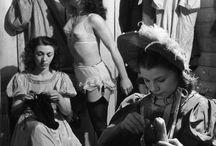 Photographie humaniste / Courant français né en banlieue parisienne 1930, succès dans l'après guerre 1950. Représentants : Robert Doisneau (Le baiser de l'hôtel de ville), Henri Cartier-Bresson Mise en scène vie quotidienne et ses difficultés.