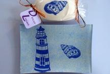Conjuntos de bandeja y jabón  / Bandejas decoradas con decoupage y craqueladas distintos tamaños y jabones decorados con decoupage. Ideales como regalos.