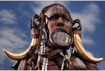 Etiopia / Etiopía es el país africano con mayor número de monumentos declarados patrimonio de la humanidad por la UNESCO, la segunda nación más antigua del mundo en haber abrazado el cristianismo, posee un calendario único, un sistema horario diferente, una lengua cuyo alfabeto no se parece a ningún otro (el amárico).... y por si todo ésto no fuera suficiente, la antigua Abisinia es además la única nación de África que nunca ha sido colonizada por una potencia extranjera.