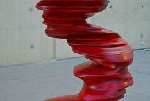 New British Sculpture / Термин охватывает разнообразные стили. Несколько британских художников, работавших на контрасте с Минимализмом предыдущего десятилетия, добились признания со своими экспрессивными и символическими скульптурами.  Antony Gormley, Bill Woodrow, Richard Deacon, Anish Kapoor, Tony Cragg