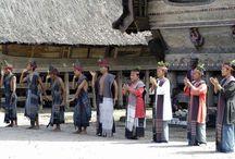 Faces of Indonesia / Indonesië bestaat uit maar liefst ruim 17.000 eilanden en is daarmee 's werelds grootste eilandenrijk. Deze vulkanische archipel loopt van Sumatra in het westen tot Papoea in het uiterste oosten, een totale afstand van meer dan 5.000 kilometer! De bekendste eilanden zijn Java, Sumatra en natuurlijk het godeneiland Bali.