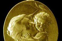 Médailles de naissance / motherhood / Maternité/ en or 18 k / Présentation de nos modèles de médailles artisanales fabriquées dans notre atelier à Paris.