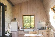 A. współczesna chata / Bardziej nowoczesne, eklektyczne wydanie drewnianej chaty, dalej wyraźnie widoczny tradycyjny czy też rustykany rys.