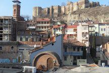 Gruzja / Kraj kontrastów, przepięknych kamienistych plaż, klasztorów, cerkwi, górskich dolin, zapierających dech w piersiach widoków szczytów Kaukazu. Znakomite wino, gruzińskie toasty i gościnność.