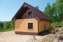 Projekt domu Sosenka 3 / Projekt domu Sosenka 3, to kolejna wersja z serii Sosenek z pracowni MG Projekt. Projekt domku jednorodzinnego mogącego służyć jako budynek całoroczny, ale również letniskowy.  Tym razem pracownia prezentuje dom z gankiem wejściowym, oraz pomieszczeniem gospodarczym z osobnym wejściem. Domek Sosenka 3 przystosowany jest do ogrzewania kotłem, oraz dodatkowo kominkiem.