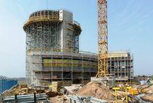 Wieża kontrolna na lotnisku Poznań-Ławica / Na terenie Portu Lotniczego Poznań-Ławica powstaje wieża kontroli lotów o wysokości blisko 34 m wraz z budynkiem techniczno-administracyjnym z częścią podziemną. Żelbetowa, monolityczna konstrukcja wieży ma kształt nachodzących na siebie stożków. Do jej budowy firma ULMA dostarczyła podparcie z wież T-60 z rusztem w systemie dźwigarkowym DSD 12/20 oraz deskowanie radialne do wykonania okrągłych i pochyłych ścian pomieszczenia kontroli.
