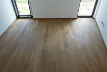 RD Pelhřimov, 135 m2 dubových prken / Náš zákazník se těší ze 135 m2 2-vrstvých prken - dřevina dub evropský, barvený, s povrchovou úpravou přírodní olej a jemně kartáčovaný.