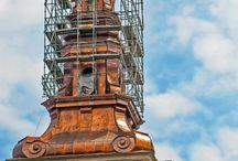 Wieża Sanktuarium w Świętym Krzyżu / Od kwietnia ubiegłego roku trwały prace nad odbudową 52-metrowej, barokowej wieży Sanktuarium Relikwii Drzewa Krzyża Świętego w Górach Świętokrzyskich. Rekonstrukcja polegała na jak najwierniejszym odtworzeniu jej architektonicznej formy z 1914 roku, kiedy to wieżę zniszczyły austriackie wojska. Firma ULMA dostarczyła rusztowanie modułowe BRIO do montażu hełmu wieży.
