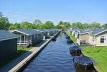 Vakantiepark Giethoorn / In hartje centrum van het beroemde waterdorp #Giethoorn, in #Overijssel vindt u Vakantiepark Giethoorn aan de oever van het meer het Bovenwijde. #Vakantiehuizen voor 4, 6 of 12-personen inclusief elektrische #boot gedurende uw verblijf. Met onder andere een eetcafé met gezellige overdekte patio, het meer het Bovenwijde voor zwem- of watersport plezier en Nationaal Park Weerribben Wieden binnen handbereik hoef je je hier nooit te vervelen!