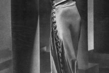 마들렌 비오네(Madeleine Vionnet) / 프랑스의 디자이너로써 1920년대 여성복을 근대화시키고, 몸을 단단히 졸라매고 있었던 코르셋으로부터 여성을 해방시키고 바이어스 재단으로 부드럽고 자연스러운 옷을 디자인하였다.