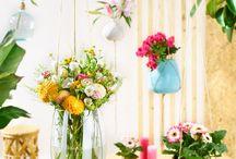 """""""cool flowers for cool people"""" / Jung, frisch, blumig und strahlend! Das ist die Millennial-Flowers-Kollektion von Fachverband Deutscher Floristen und Florismart. Die neuen Designs wirken durch einen ausgefallenen Material- und Mustermix, sie bedienen Nachhaltigkeit und Recycling und sie spiegeln den aktuellen Do-it-yourself-Trend. Alle Werkstücke sind für ein junges urbanes Publikum entstanden und zeigen neue effektvolle Inszenierungen für Blumen und Pflanzen."""