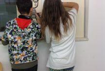 """FACES from Sighele school / IC RIVA2  SCUOLA SECONDARIA DI PRIMO GRADO """"SCIPIO SIGHELE"""" Inaugurazione del Murales ed esposizione dei lavori realizzati in occasione del Progetto Faces from Sighele school e di tutti i lavori realizzati durante questo anno scolastico nei laboratori di Arte e Immagine Venerdì 3 Giugno 2016 ore 11:00 Istituto Comprensivo Riva2  Scuola secondaria di primo grado """"Scipio Sighele""""  Piazza Maria Contini 8, Riva del Garda. Ingresso libero Si respira aria di cambiamenti quest'anno alle Sighele di Riva del Garda, armati di pennello e colori, gli studenti della scuola di Media dell'IC Riva2 si sono dati da fare per rendere più piacevole e accogliente il loro istituto. Il look della scuola inizia a cambiare in attesa di potersi espandere sui muri della piazza esterna alla stessa e rilanciare """"creativamente"""" il quartiere in cui sorge. Filo conduttore è il progetto Faces from Sighele school capitanato dal nuovo docente titolare Mirko Gabellone, un progetto fortemente voluto dalla nuova Dirigente Scolastica dott. Paola Bortolotti, con il beneplacito dell'Amministrazione Comunale e finanziato interamente dalla scuola stessa (dal Fondo Qualità). Il progetto, iniziato a Novembre 2015 e ultimato in questi giorni, per un totale di circa 120 ore di lavoro tra progettazione, esecuzione e allestimento, ha avuto come tema centrale il personaggio rivano a cui la stessa scuola ha dedicato il suo istituto di Riva2. Gli alunni hanno analizzato la vita dello scienziato e letterato Sighele e """"riletto"""" il suo aspetto fisico alla luce delle esperienze, studiate in classe, della Street Art contemporanea, da Keith Haring a Agostino Iacurci, da Banksy a Studente Commosso. Intorno al progetto, l'esposizione continua al piano superiore nel laboratorio di Arte e Immagine con i lavori realizzati dagli alunni durante questo anno scolastico con la supervisione dei Docenti Mirko Gabellone e Jessica Rusconi. L'inaugurazione del Murales e della mostra avverrà Venerdì 3 Giugno 20"""