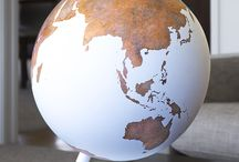 Génie Artistique / Artistic Genius / Une collection moderne et minimale de globes montrant des formes terrestres reconnaissables, mais sans les frontières et divisions qui les fracturent dans les cartes conventionnelles. Voici un objet d'art unique dont le processus de fabrication est lent et laborieux. Les côtes détaillées et les minuscules îles requièrent un niveau de précision incroyable.