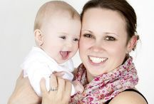 """Anyák napja / Ezen a héten az édesanyákat ünnepeljük. Az anyaság egy életen át tartó köteléket jelent két ember között. Az anya szeret minket, biztonságot nyújt és gondoskodik rólunk, még akkor is, ha már elhagytuk gyerekkori otthonunkat. Mindenkinek szüksége van az anyai szeretetre, akkor is, ha sosem volt része benne. Felnőttként gyakran választunk """"pótanyákat"""" nálunk idősebb barátnők személyében, mert ez az a kapcsolat, amelytől az egyik legnagyobb ajándékot, a szerethetőség érzését kapjuk."""