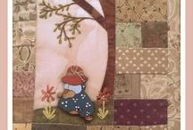 NUESTROS KITS / El primero es esta guarda agenda con un botón de madera de Sunbonnet Sue cogiendo flores,   / by Bettina Meier