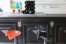 Art de vivre / Nos casiers à bouteilles 2 en 1 accueillent tout type de bouteilles et se changent facilement en tabouret ! A la fois design et pratiques, ils sauront trouver leur place dans votre cuisine ! Nos cintres apportent quant à eux une touche design à votre dressing ! A personnaliser sans modération sur http://www.drawn-shop.com/boutique/art-de-vivre.html/casier-bouteilles et http://www.drawn-shop.com/boutique/art-de-vivre.html/cintres