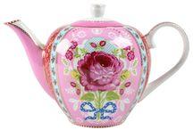 teapots and cups of tea / Coleccion de teteras de todo tipo.