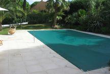 Couvertures et bâches / Couvertures et bâches de fabrication française qui permettent la conservation de la température, de la sécurité ainsi que de la propreté de votre piscine.