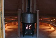 """Fajne sauny do ogrodu / Sauna Kota. Seria saun naszej produkcji umieszczonych w domkach typu fińskiego o podstawach sześcio- oraz ośmiokątnych. Dostępne są różne ich wielkości: od małych saun 4-osobowych, po duże 16-osobowe. Specyfika bryły zapewnia przestrzenne wnętrze przy małej powierzchni zabudowy – fakt ten sprawił, że te obiekty w Finlandii nazywane """"Kota"""" cieszą się w całej Skandynawii ogromnym zainteresowaniem."""