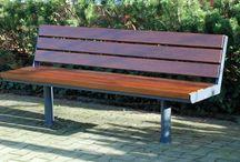 Bänke, Tische, Sitzbänke, Hockerbänke, Seating & tables, Rundbänke / Bänke, Sitzbänke, Sitzhocker und Sitzauflagen verleihen öffentlichen Plätzen sowie Außenanlagen von Unternehmen und Behörden eine individuelle Atmosphäre. Die Sitzmöglichkeiten sollen Passanten zum Verweilen einladen und dem Gesamtbild eines Ortes entsprechen.  Das Stadtmobiliar und somit auch jede Bank der Thieme GmbH passen sich je nach Bedarf den verschiedenen Funktionen der Örtlichkeit an. Alle Produkte glänzen durch eine gelungene Kombination aus Design und Funktionalität.