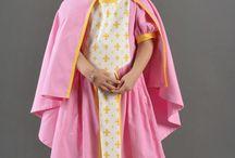 Les capes de princesses étincelants / Découvrez notre collections de capes pour votre déguisements de princesse. Nous nous donnons rendez-vous dans les couloirs du palais pour si évader !
