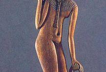 Museumer / Kvinne med tung bør