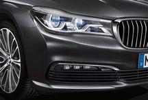 LUXURY MEDIA GROUP \ THE NEW BMW 7 SERIES / Дизайн нового BMW 7 серии прекрасно гармонирует с характером автомобиля. Изящные пропорции, мощные поверхности и динамичные линии выражают его стиль, солидность, впечатляющую динамику и эксклюзивную элегантность. В неповторимом облике седана класса «люкс», который предлагается как со стандартной, так и с удлиненной колесной базой, блестяще отражается гармоничное сочетание между удовольствием от вождения и комфортом.