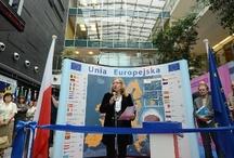 """Euro zagościło w Katowicach / """"Euro, waluta europejska"""" – to tytuł wystawy, która pokazuje dość młodą, ale niezwykle ciekawą historię waluty UE. Odwiedzający będą mogli dowiedzieć się m.in. o warunkach przystąpienia do strefy Euro, a nawet otrzymać pamiątkową monetę. Zapraszamy do Katowic, wystawa jest otwarta do 10 lipca."""