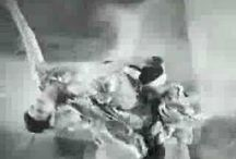 #Danse : La danse Jazz / Naissance de 2 cultures (afro américaines et européennes). Danse jazz long parcours et divers.  Danses africaines puis Nouvelle Orléans -> générations suivantes -> 2 cultures puis à StoryVille ou les 2 cultures se nourrissent l'une de l'autre. En parrallèle, les Ministrels Shows qui en se moquant diffuse la culture noir-américaine. Les Castle qui codifient la structure et analyse les danses de plantations. Puis comédies musicales et sur Katherine Dunham, pionnière de l'écriture danse jazz.